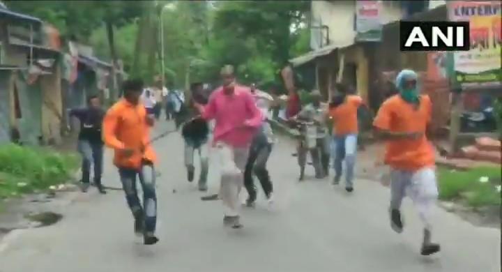 बङ्गे टीएमसी कार्यकर्तानां असभ्यतां, भाजपा कार्यकर्तेषु अकरोत् आघातम् ! बंगाल में TMC कार्यकर्ताओं की बदतमीजी, भाजपा कार्यकर्ताओं पर किया हमला !