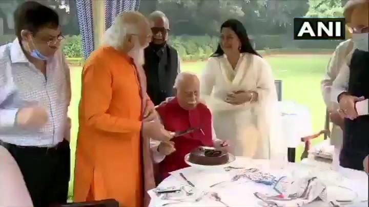 आडवाणी: इत्यस्य जन्मदिवसे तस्य गृहम् प्राप्तम् पीएम मोदी: ! आडवाणी के जन्मदिन पर उनके घर पहुंचे PM मोदी !